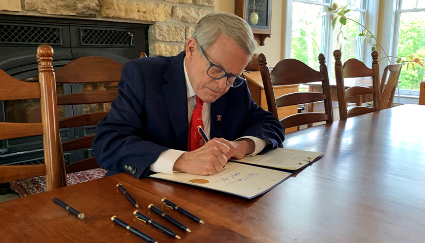 Gov. Mike DeWine signed House Bill 6, sponsored by Rep. Bill Roemer, which eases burdensome requirements on administering #COVID19 vaccines, increasing the ability of medical professionals and their patients to access lifesaving vaccinations.