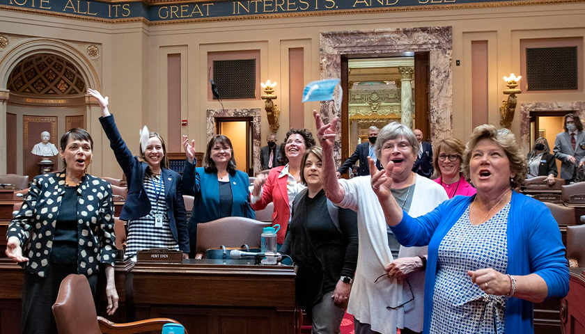 Minnesota Democratic senators throw masks in air